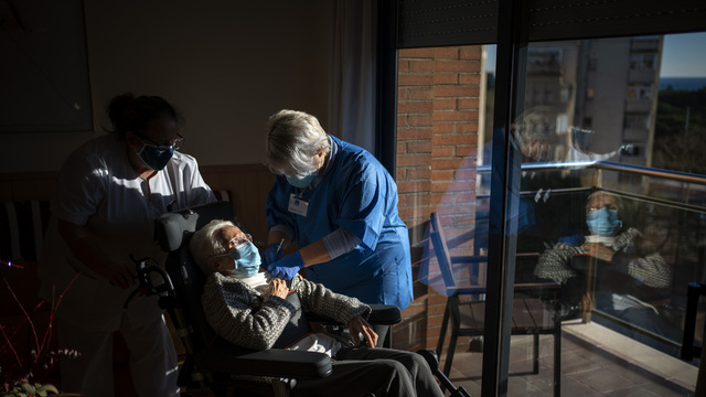 En sykepleier setter en vaksine på en beboer på et sykehjem i Barcelona. Foto: Emilio Morenatti / AP / NTB