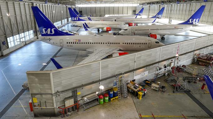 Flyene er klargjort for langtidsparkering på Oslo lufthavn Gardermoen. Åpninger og luker forsegles med teip, det monteres «remove before flight»-tags og motorene dekkes til.