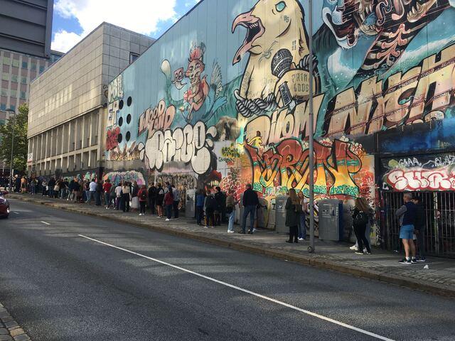 Mange stilte seg i kø før Sentralbadet åpnet fredag ettermiddag.