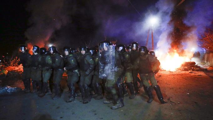 Ukrainsk politi forbereder seg til å stanse demonstrantene.