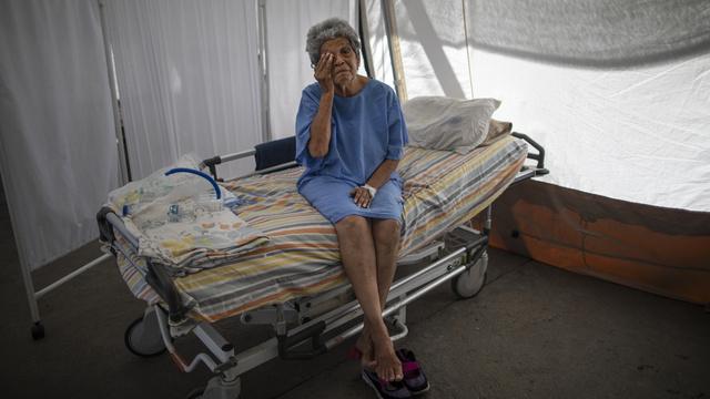 En 76 år gammel kvinne som ble behandlet for covid-19 på et sykehus i Venezuelas hovedstad Caracas i høst.
