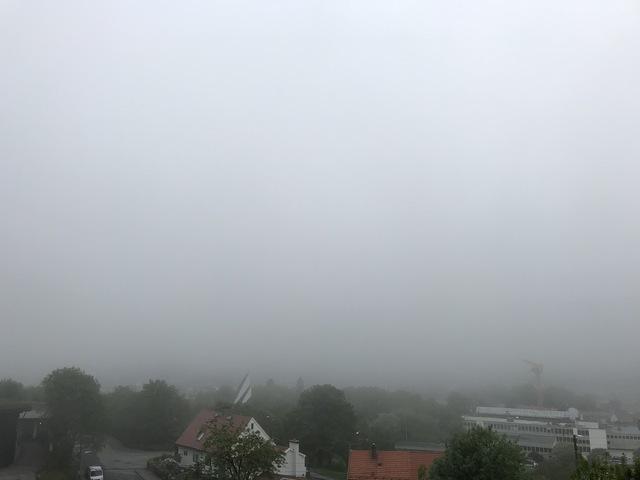 Det var tykk tåke i Bergen mandag morgen. Her fra Landås mot Løvstakken.