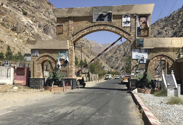 Taliban holder vakt ved en port inn til Panjshir nordøst i Afghanistan. Foto: Mohammad Asif Khan / AP / NTB