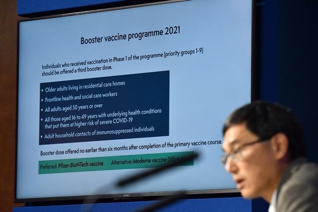 Den britiske helseministeren følger anbefalingen fra landets vaksinekomité og leder Wei Shin Lim (bildet) om å gi en ekstra dose til blant annet helsearbeidere og utsatte grupper. Foto: Justin Tallis / AP / NTB
