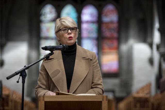 Leder i kirkerådet Kristin Gunleiksrud Raaum gratulerer Jonas Gahr Støre med valgseieren. Foto: Carina Johansen / NTB