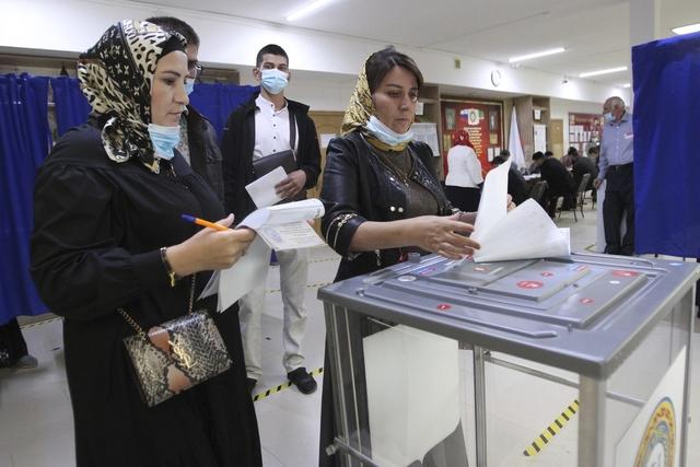 Russere dro også ut til lokaler for å stemme fysisk. Foto: Musa Sadulayev / AP / NTB