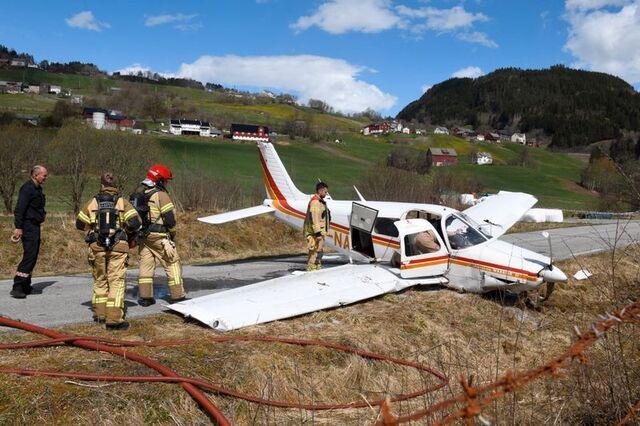 Brannmannskapet undersøker flyet etter ulykken.