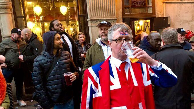 Derrick Marshall fyller på med øl utenfor puben.