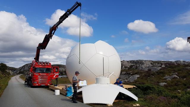 Ved veien monteres den nye kuppelen til værradaren på Bømlo.