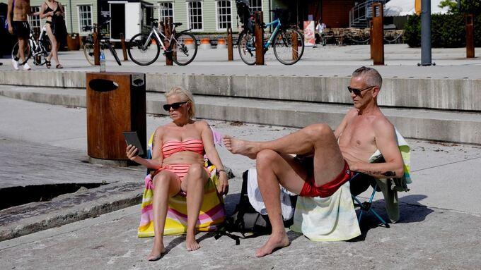 VARMT: Eva Mikkelsen (52) og Widar Jensen (56) i varmen på Møhlenpris.