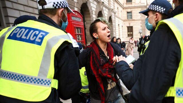 En demonstrant blir anholdt av politiet under demonstrasjoner i London.