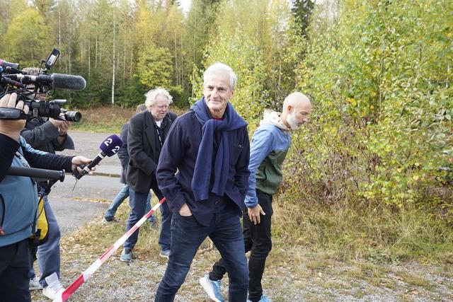 Ap-leder Jonas Gahr Støre gikk tirsdag en tur utenfor Hurdalsjøen Hotell sammen med sin taleskriver Thomas Boe Hornburg – og med pressen på slep. Foto: Lise Åserud / NTB
