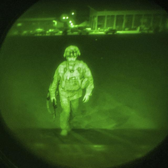 Generalmajor Chris Donahue ble den siste amerikanske soldaten som forlot afghansk jord. Like før midnatt tok en 20 år lang krig slutt. Foto: USAs sentralkommando via AP / NTB
