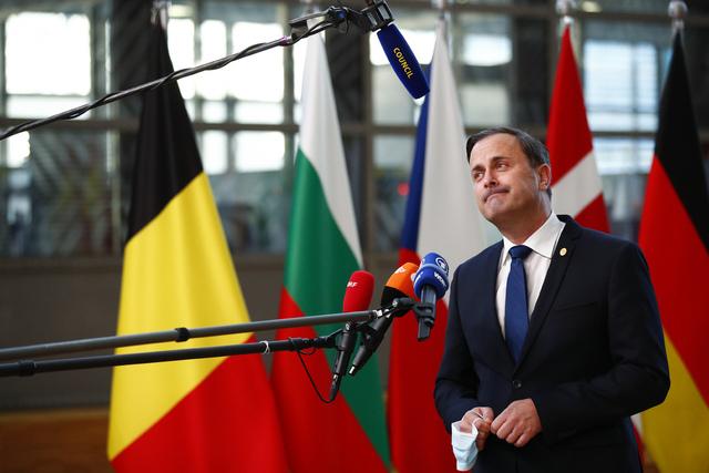 Luxembourgs statsminister Xavier Bettel har havnet i hardt vær etter at lokale medier anklaget ham for plagiat i en universitetsoppgave han skrev i 1999. Foto: Johanna Geron / AP / NTB