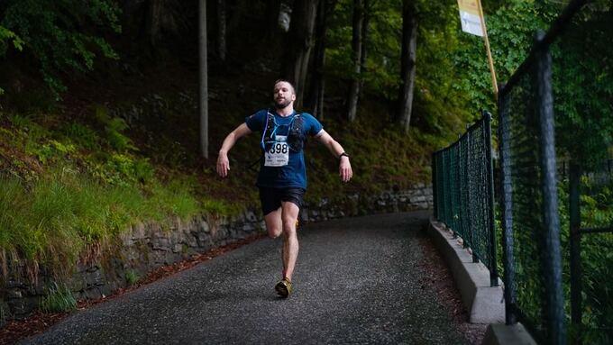 LIKE FØR MÅL: Robert Nilsen (39) på vei ned de siste meterne før målgang på Skansemyren.