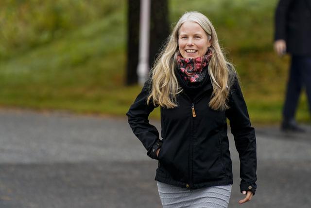 SVs nestleder Kirsti Bergstø utenfor Hurdalsjøen Hotell under en pause i sonderingene tirsdag. Foto: Lise Åserud / NTB
