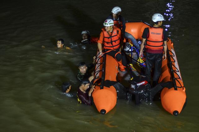 Letemannskaper søker etter savnede barn etter en drukningsulykke i Indonesia. Foto: Yopi Andrias / AP / NTB
