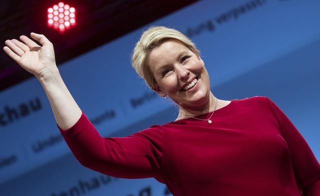 Sosialdemokratenes Franziska Giffey blir ny ordfører i Tysklands hovedstad Berlin. Her er hun på valgvaken i Kreuzberg søndag. Foto: Bernd Von Jutrczenka/dpa via AP / NTB