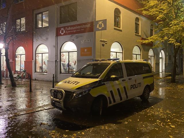 Ein politipatrulje undersøker eit mogeleg innbrot på Akademiet vidaregåande skule søndag kveld.