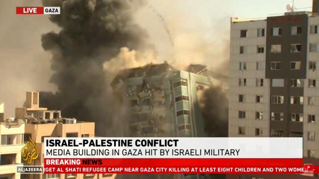 Bilder fra Al Jazeera viser at bygningen nå har rast.