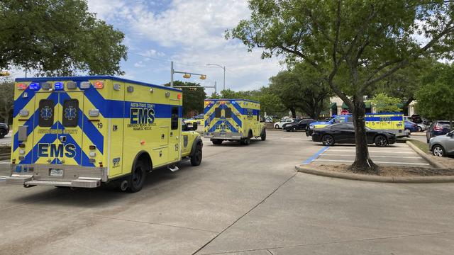 Politi og ambulanser kom raskt til stedet der tre personer ble skutt og drept i Austin i Texas søndag.