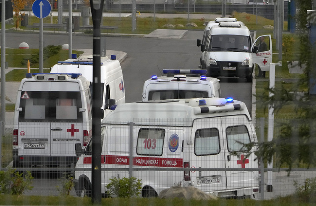 Ambulanser i kø for å levere pasienter med covid-19 til et sykehus i Kommunarka utenfor Moskva. Foto: Aleksander Zemlianitsjenko / AP / NTB