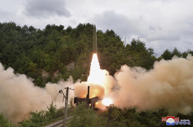 Flere land i regionen er bekymret over Nord-Koreas rakettester. Dette bildet er gitt av myndighetene etter onsdagens oppskyting.
