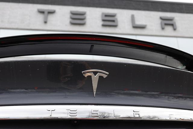 Elbilprodusenten Tesla rundet en milepæl mandag da markedsverdien passerte 1.000 milliarder dollar på New York-børsen. Foto: AP / NTB