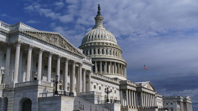 Sikkerheten ved kongressbygningen i Washington skal styrkes etter stormingen i januar. Bygningen skal blant annet få sikrere dører og vinduer. Foto: J. Scott Applewhite / AP / NTB