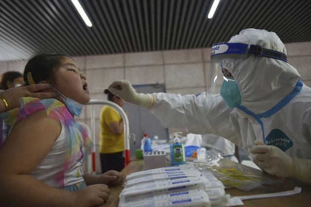Kinesiske helsemyndigheter registrerte 71 nye smittetilfeller onsdag, det høyeste antallet på seks måneder. I flere byer er alle innbyggere blitt testet. Deltavarianten har spredt seg til flere storbyer. Foto: Chinatopix via AP / NTB