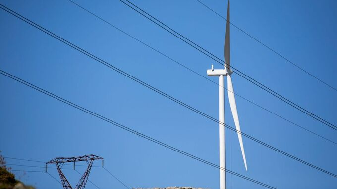 Vindturbin på Guleslettene nær Svelgen. Norges Miljøvernforbund klager Norge inn for ESA for det organisasjonen mener er brudd på miljødirektiver ved vindkraftutbygging.
