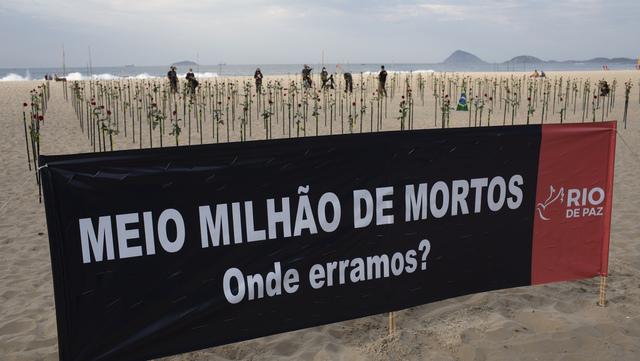 «En halv million døde. Hvor var det vi tok feil?» står det på dette banneret som henger på Copacabana-stranden i Rio de Janeiro.