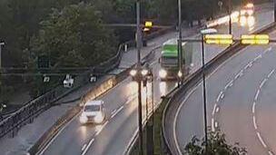 Her trafikk på Åsaneveien i retning Bergen sentrum i 05-tiden. Fløyfjelltunnelen var stengt fra ulykken ble meldt klokken 04.18 til klokken 05.46.