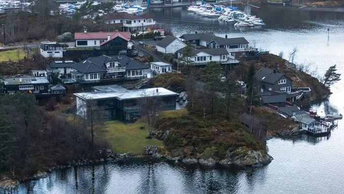 NY I  2019: Tore Odfjell eier denne nye boligen som ble ferdig i 2019. Han kan enkelt spasere over plenen og ned til Nordåsvatnet om han skulle få lyst på en dukkert.