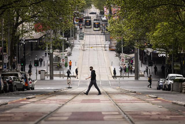 Bourke Street i Melbourne i slutten av september. Byen er nå inne i sin sjette nedstengning siden pandemien startet. Foto: Daniel Pockett / AAP via AP / NTB