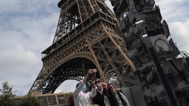 Turister ved Eiffeltårnet i juli 2020. Nå åpner EU igjen for besøkende fra USA.