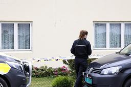 Politiet gjør undersøkelser på stedet etter at en eldre kvinne ble funnet død i sitt eget hjem i Lyngdal. Foto: Tor Erik Schrøder / NTB