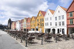 Stengte uteserveringer på Bryggen i Bergen. Foto: Marit Hommedal / NTB