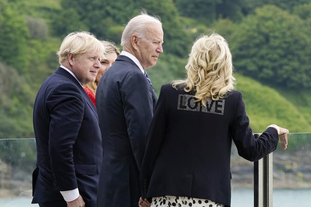 Statsminister Joe Biden, kona Carrie Johnson, president Joe Biden og førstedame Jill Biden nyter utsikten fra Carbis Bay i Cornwall. Førstedamens jakke gikk ikke upåaktet hen hos pressekorpset. Foto: Patrick Semansky / AP / NTB