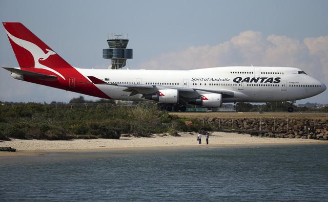 Et fly på Sydney internasjonale flyplass, like ved stranda.
