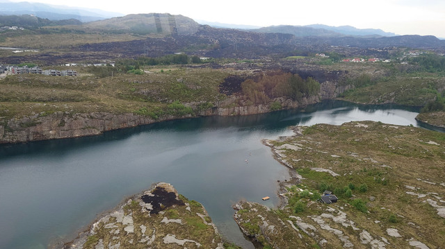 Et bilde tatt fra helikopter viser stedet der gressbrannen som startet på Sotra forrige uke, krysset en 270 meter bred fjord. Kraftige vindkast var trolig forklaringen på den uvanlige spredningen. Foto: Øygarden brann og redning KF / NTB