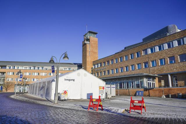 Oslo universitetssykehus står nå i en fjerde bølge av koronapasienter. Samtidig vil ikke smitteutbruddet foreløpig få alvorlige konsekvenser for intensivdriften. Foto: Håkon Mosvold Larsen / NTB