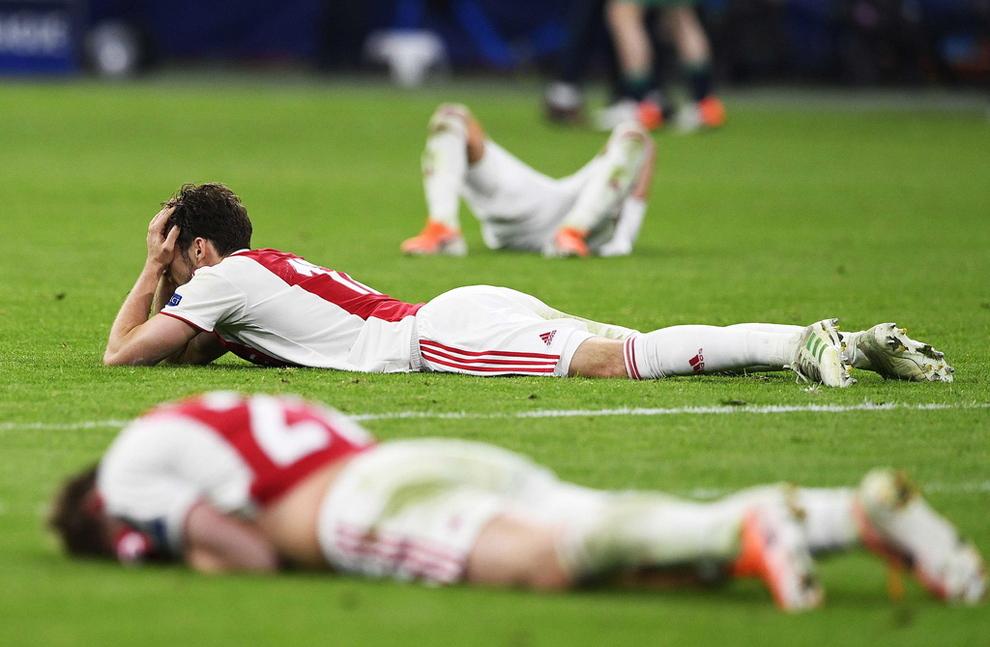 NEDTUR: Skuffede Ajax-spillere lå strødd på gresset etter overtidstapet i Champions League-semifinalen. Om det var klubbens børstap som skuffet spillerne mest, vites ikke.