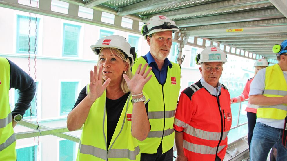 <p><b>LØFTE:</b> Næringsminister Monica Mæland (H) flankert av prosjektleder i Veidekke Bjørn Einar Smith og konsernsjef i Veidekke Arne Giske (t.h.). Nå kommer Mæland med valgløfte om å øke størrelsen på skattelette ved aksjeprogram i eget selskap.</p>