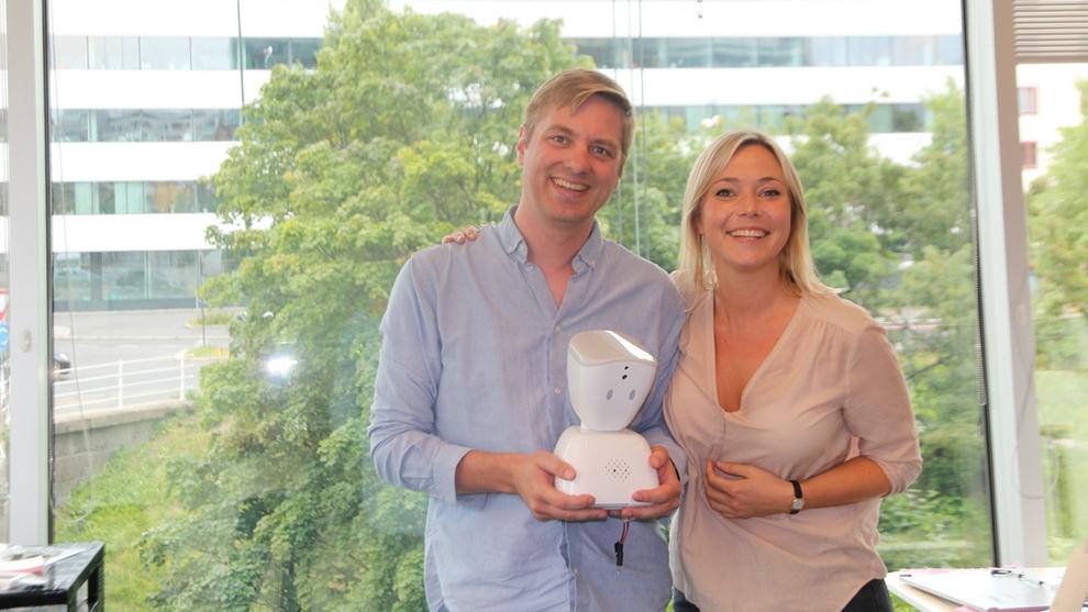 <p><b>ROBOT:</b> Medgründer Marius Aabel og Karen Dolva har opplevd stor suksess med roboten AV1. Selskapet har signert avtaler tre år frem i tid, med en ramme på tilsammen 25 millioner kroner. Nå skal roboten få en ny oppgave, nemlig å hjelpe eldre ut av ensomhet.</p>