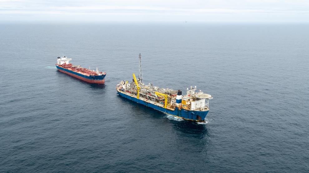 <p>Produksjonsskipet på Alvheim avbildet mens olje lastes over i en skytteltanker. Like nord for dette feltet ligger NOAKA, der det nå er funnet mer olje.</p>