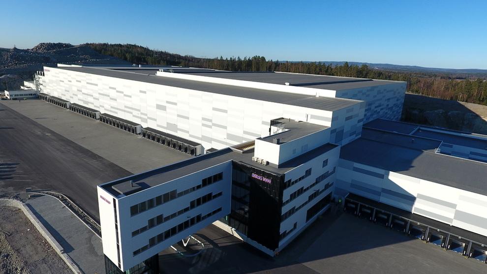 <p><b>STORT ANLEGG:</b> Remas nye solcelleanlegg på Vinterbro i Akershus blir på 13.000 kvadratmeter, noe som tilsvarer to fotballbaner. Det vil høste miljøvennlig energi tilsvarende det årlige energibehovet til 120 eneboliger, ifølge Rema-sjef Ole Robert Reitan.</p>