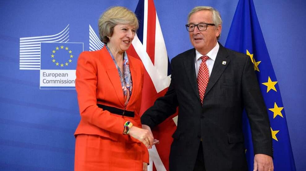 <p><b>SNAKKER OM EU-UTMELDING:</b> Storbritannias statsminister Theresa May ble tatt imot av leder i EU-kommisjonen, Jean-Claude Junker, før partene satt i møter fredag i Brussel.</p>