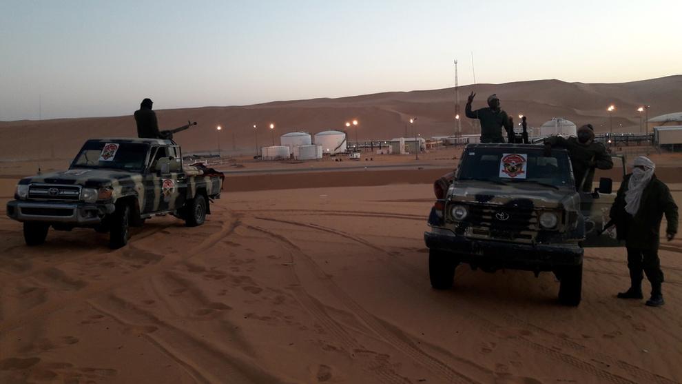 <p><b>KAN PÅVIRKE</b>: Uroen i Libya er blant faktorene som driver oljeprisen opp. Her ser vi styrker som er lojale til krigsherren Kalifa Haftar stå vakt ved El Sharara-oljefeltet i starten av februar.</p>