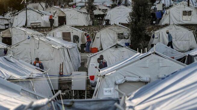 <p><b>FLYKTNINGER:</b> En av flere uoffisielle flyktningleirer på øya Lesbos. Fortsatt kommer det tusenvis av flyktninger hit, som ønsker seg videre til rike land i Europa. Der er grensene stengt.</p>